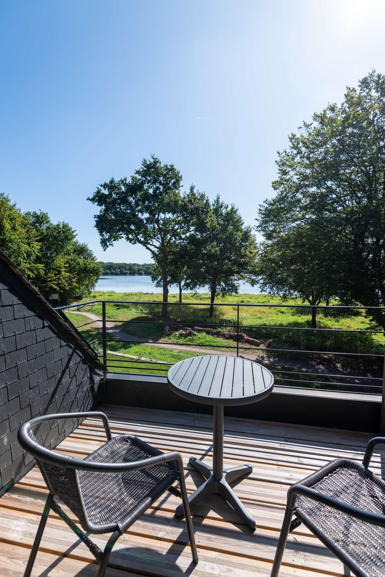 Une terrasse bois pour profiter d'une vue imprenable dans le Morbian sur le Lac au Duc