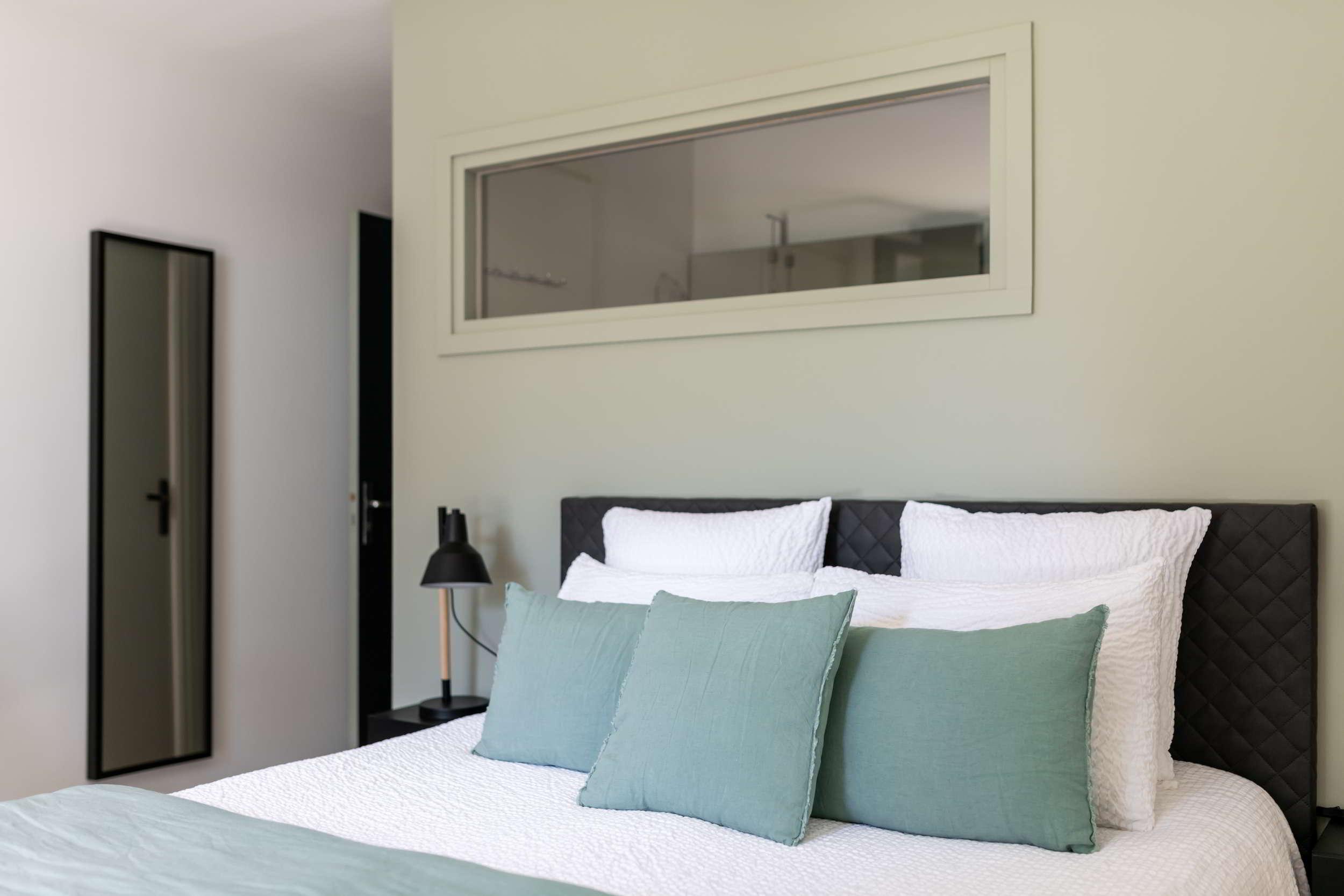 Dormir dans un lit grand confort face au Lac au Duc - Maison d'Hôtes dans le Morbihan - L'Hermine du Lac
