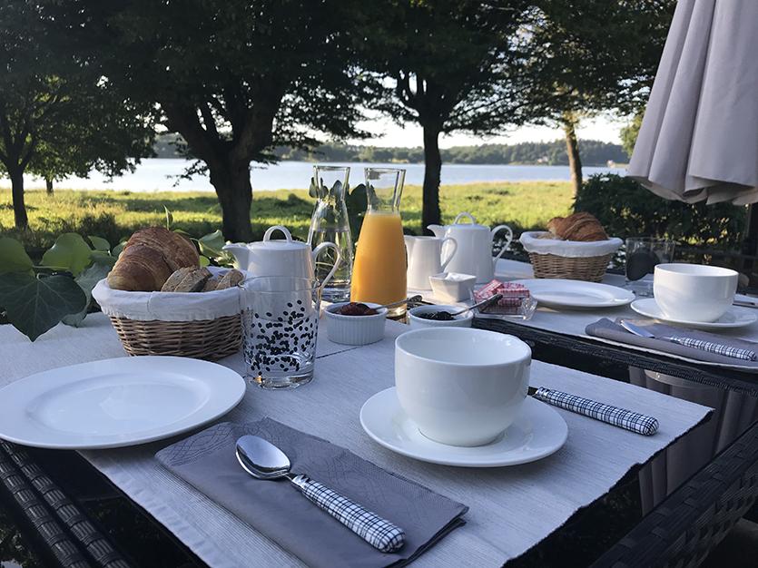 Petits déjeuners en extérieur sur le Lac au Duc
